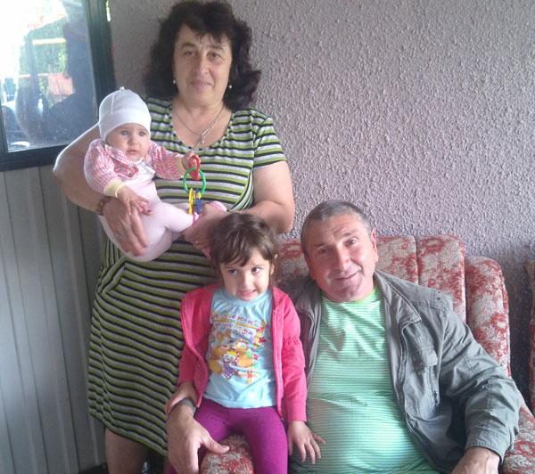 Супруги Каракян с внучками