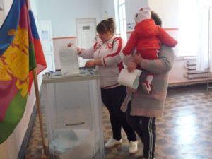 Апшеронцы приходят голосовать семьями и с маленькими детьми.