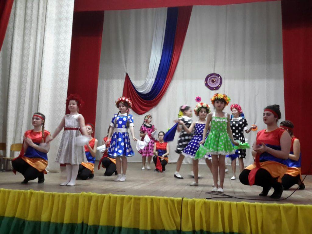 Посёлок Нефтегорск - место давней дружбы русского и армянского народов! Об этом в танце праздничной концертной программы рассказали дети.