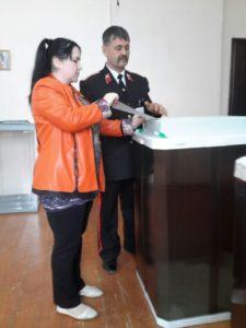 На Нефтегорском избирательном участке 03-29 установлены КОИБЫ. Помощь избирателям оказывает член избирательной комиссии Владимир Звездилин.