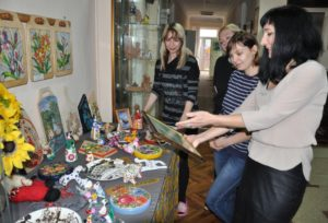 С гордостью директор школы Екатерина Фрумкина показывает гостям работы своих подопечных
