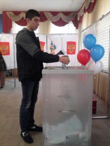 В числе первых сегодня впервые реализует свое избирательном право Михаил, студент Апшеронского лесхоз-техникуме.
