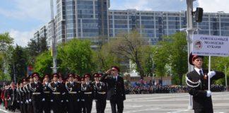 Казачата школы торжественным строем идут на параде
